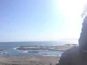江の島岩屋前の海
